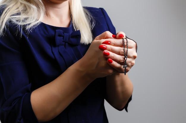 Oración, anciana, manos, con, rosario