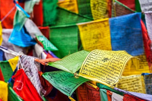 La oración budista señala a lungta con oraciones, ladakh