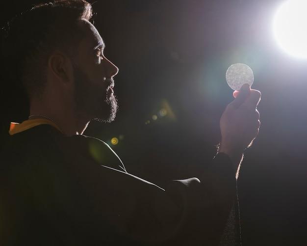 Oración en luna llena meditando