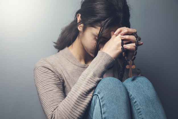 Oración, mujer joven, tenencia, cruz de madera