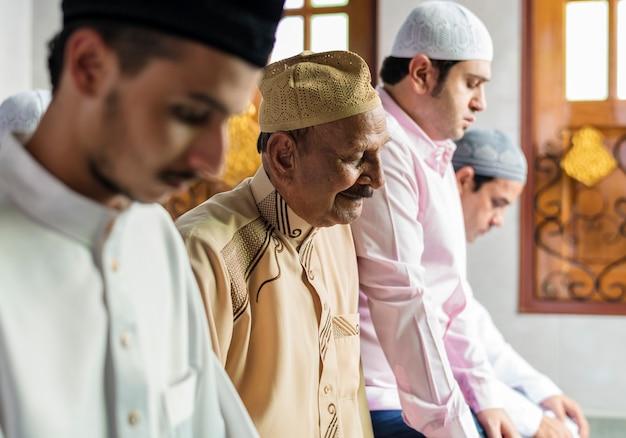 Oraciones musulmanas en la postura de tashahhud