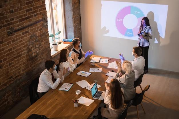 Orador dando presentación en la sala de reuniones.
