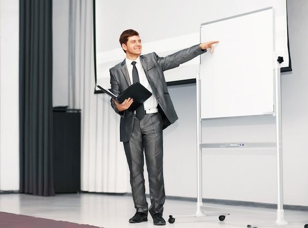 El orador en la presentación analiza el plan de negocios Foto Premium