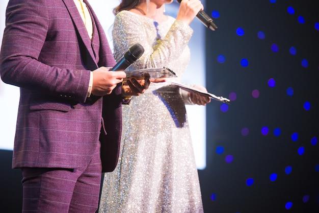 Orador principal en el escenario
