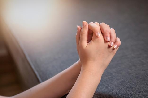 Orar por la mañana, mujer orando con las manos juntas