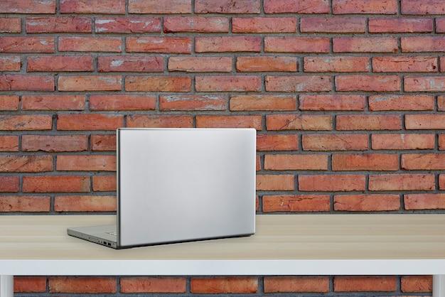 Ordenador con pantalla negra en mesa de oficina