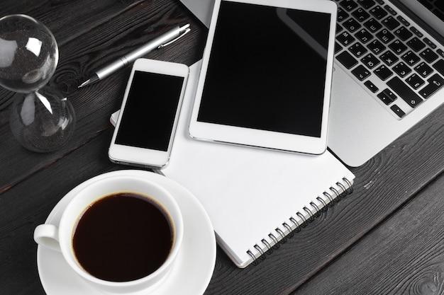Ordenador portátil abierto con tableta digital y teléfono inteligente de cerca