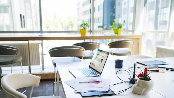 Ordenador portátil en el escritorio en la oficina