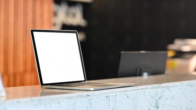 Ordenador portátil maqueta en la oficina de información de mostrador.