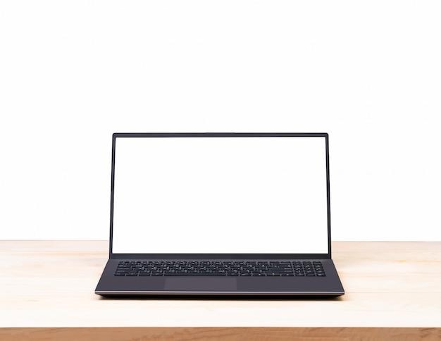 Ordenador portátil de pantalla blanca en blanco