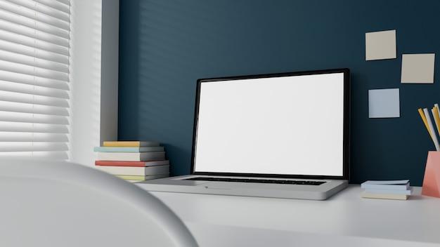Ordenador portátil de pantalla blanca en la mesa de trabajo en la oficina en casa.