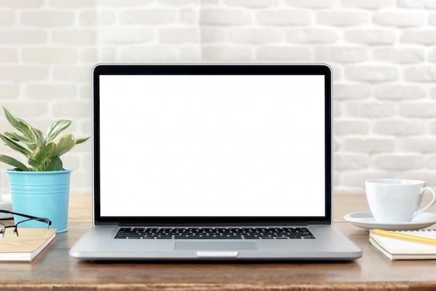 Ordenador portátil con pantalla blanca vacía en la mesa