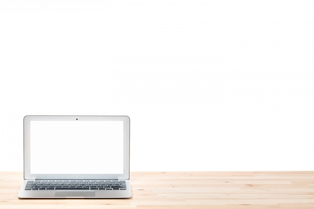 Ordenador portátil con pantalla en blanco en blanco sobre mesa de madera clara. fondo aislado