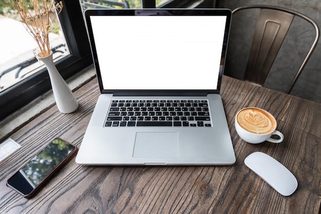 Ordenador portátil de pantalla en blanco con mouse y teléfono inteligente