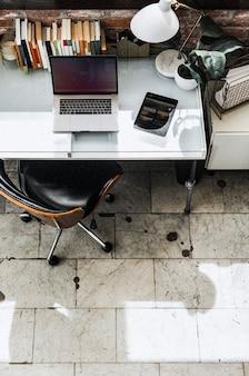 Ordenador portátil y una tableta en una oficina en casa
