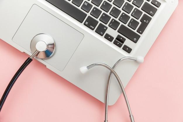 Ordenador portátil del teclado estetoscopio aislado