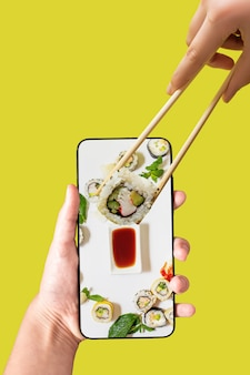 Ordene set de sushi usando la aplicación de teléfono móvil