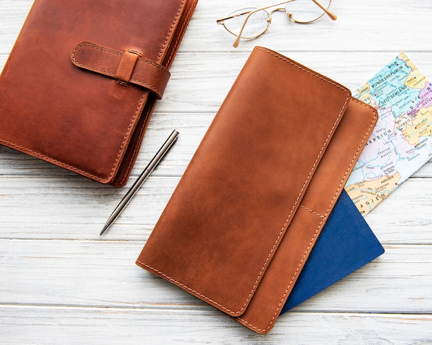 Organizador de viaje de cuero marrón y cuaderno