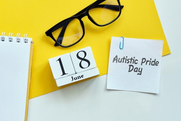 Orgullo autista día 18 dieciocho junio mes calendario concepto en bloques de madera.