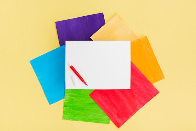 Orgullo concepto pila de papel de colores