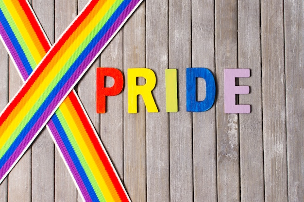 Orgullo gay con cintas en colores del arco iris