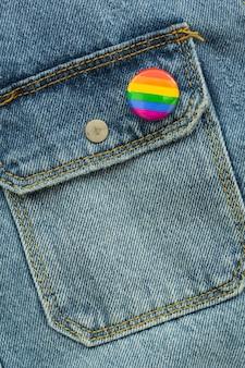 Orgullo lgbt sociedad día insignia en jeans