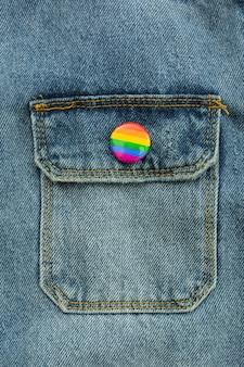 Orgullo lgbt sociedad día jeans botón primer plano