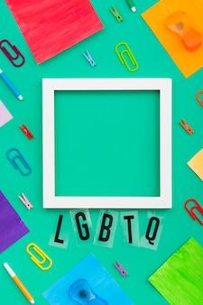Orgullo marco de la sociedad lgbt y clips de papel