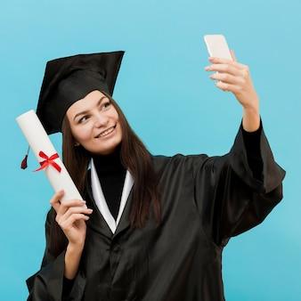 Orgullosa chica tomando selfie