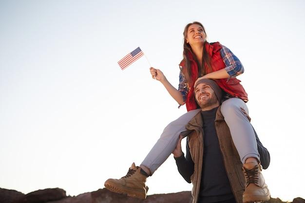 Orgullosos estadounidenses caminando en las montañas
