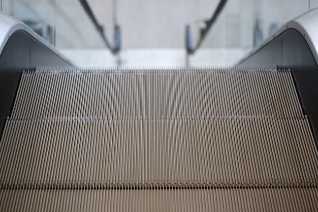 Orientación cartelera en blanco con escalera mecánica.