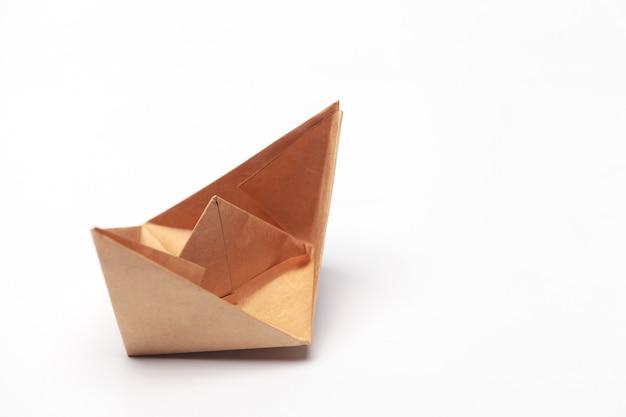 Origami barco de papel aislado sobre fondo blanco.