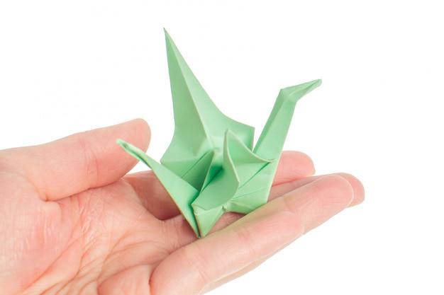 Origami grúa sobre fondo blanco.