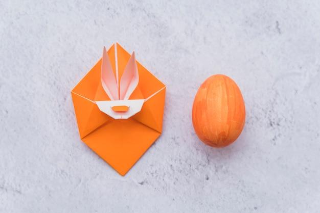 Origami naranja de conejo y huevo de pascua.