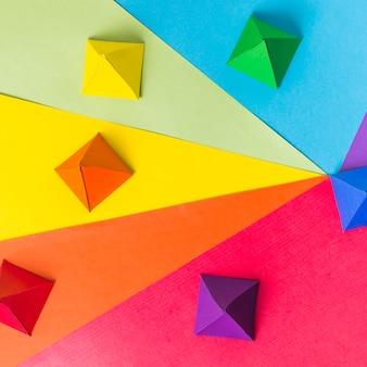 Origami de papel en colores lgbt brillantes.