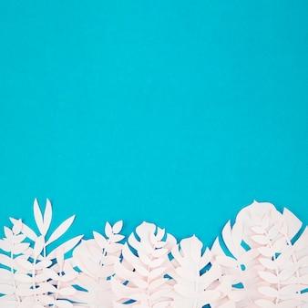Origami plantas de papel exóticas sobre fondo azul.