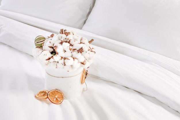 Original y hermoso ramo de flores de algodón en un bowle blanco.
