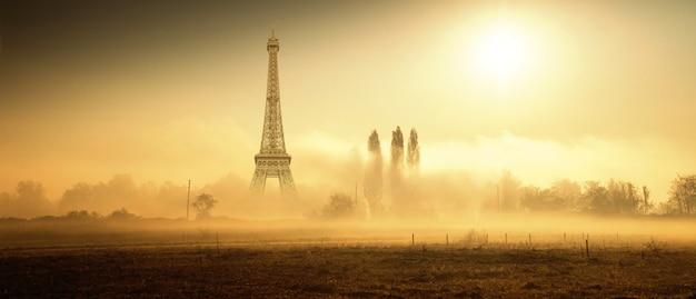 Original paisaje rural del país con la torre eiffel