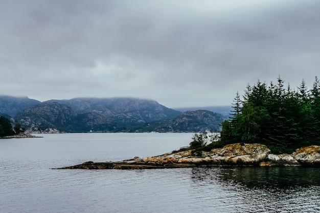 Orilla de un lago noruego