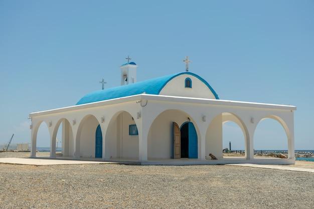 En la orilla del mar está la capilla y la cueva.
