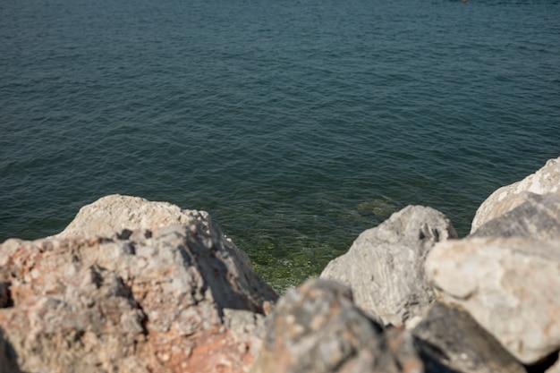 Orilla del mar en un día soleado
