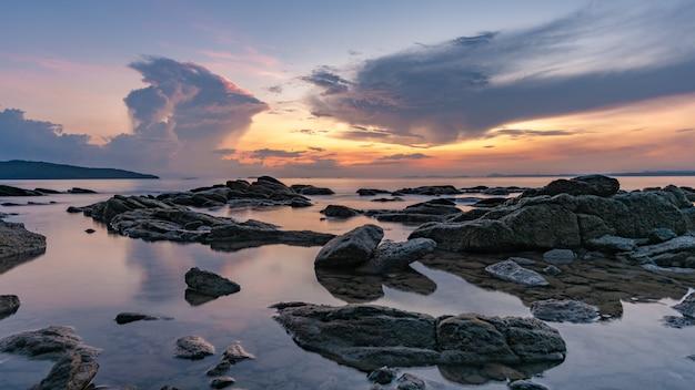 Orilla de mar de piedra