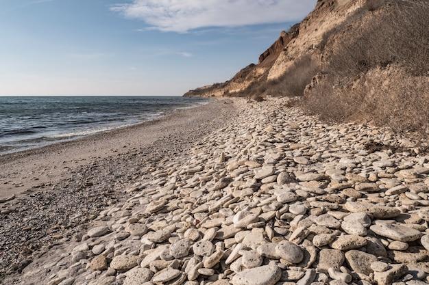 Orilla del mar y surf en la playa, sin gente, lugar de vacaciones aislado