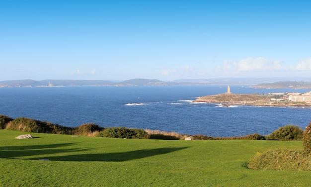 Orilla del océano atlántico. torre de hércules desde el parque monte de san pedro de la coruña, españa.
