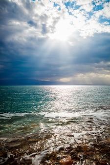 Orilla de sal del mar muerto, israel