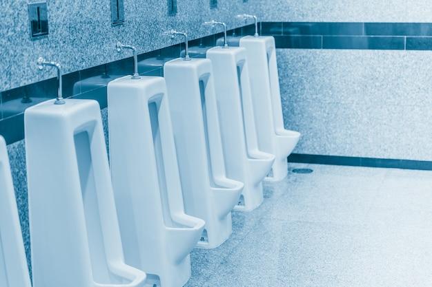 Orina limpia en el baño de hombres