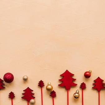 Ornamento de abetos en varitas cerca de bolas de navidad