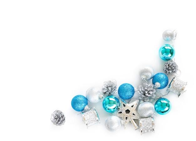 Ornamentos decorativos del árbol de navidad de la estrella, bolas, cono del pino en el fondo blanco