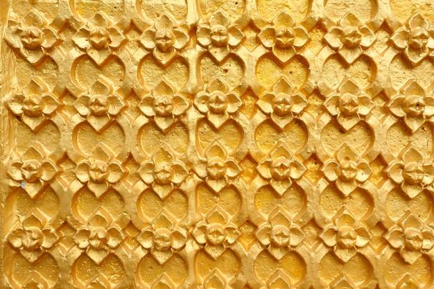 El oro modeló arte tailandés en la pared en templo