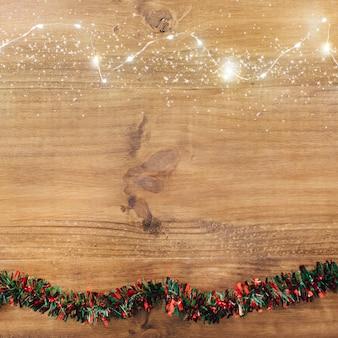 Oropel navideño con luces y copia espacio.